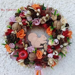 Mókuska gyűjtöget - őszi ajtódísz 24 cm kopogtató , Otthon & lakás, Dekoráció, Lakberendezés, Ajtódísz, kopogtató, Virágkötés, Egyedi színes őszi dekoráció.   Egy szalmaalapot bevontam, majd saját gumivirágokkal, termésekkel,t..., Meska