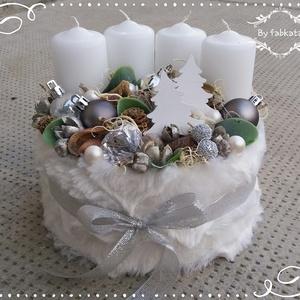 Adventi box ASZTALDÍSZ, karácsony, VIRÁGBOX, DOBOZ, NÉVNAP, Otthon & Lakás, Karácsony & Mikulás, Adventi koszorú, Mindenmás, Virágkötés, Havas hangulatban készülődök az ünnepre!\n\nA dobozt körbevontam puha fehér anyaggal, majd fehér gyert..., Meska