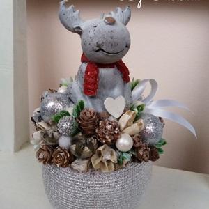 Rudolf a Rénszarvas Gyertyás adventi karácsonyi asztaldísz, Otthon & lakás, Dekoráció, Ünnepi dekoráció, Karácsony, Karácsonyi dekoráció, Lakberendezés, Asztaldísz, Virágkötés, Kellemes havas szinvilágú asztaldísz dekoráció.\n\nEgy ezüst kerámia kaspót béleltem, majd egy nagy sz..., Meska