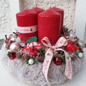 Klasszikus ünnepi karácsonyi asztaldísz koszorú , Otthon & Lakás, Karácsony & Mikulás, Adventi koszorú, Az alapot bevontam puha anyaggal, majd középre 4db nagy bordó gyertya került. Körbe tobozokkal, gömb..., Meska