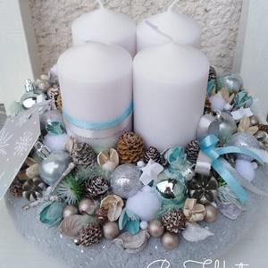 Ezüstös ünnepi karácsonyi asztaldísz koszorú , Otthon & Lakás, Karácsony & Mikulás, Adventi koszorú, Virágkötés, Az alapot bevontam puha anyaggal, majd középre 4db nagy fehér gyertya került.\nKörbe tobozokkal, gömb..., Meska