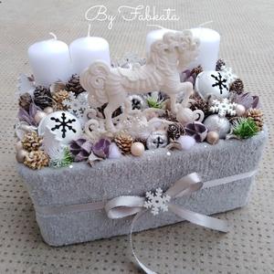 Pónis adventibox doboz karácsonyi asztaldísz, Otthon & lakás, Dekoráció, Ünnepi dekoráció, Karácsony, Karácsonyi dekoráció, Lakberendezés, Asztaldísz, Virágkötés, Kellemes havas szinvilágú asztaldísz dekoráció.\n\nEgy dobozt béleltem, puha anyaggal vontam be , majd..., Meska