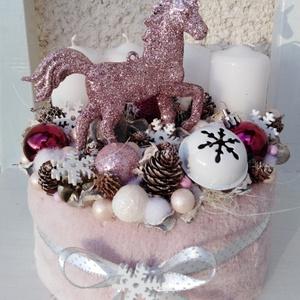 Unikornis  karácsonyi adventi box asztaldísz koszorú , Adventi koszorú, Karácsony & Mikulás, Otthon & Lakás, Virágkötés, Egy dobozt bevontam puha anyaggal, majd fehér gyertyákkat helyeztem el rajta.\nTobozokkal, gömbökkel,..., Meska