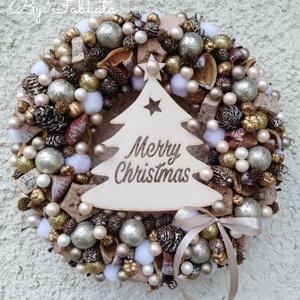 Fenyős karácsonyi adventi kopogtató , Karácsony, Karácsonyi dekoráció, Otthon & lakás, Dekoráció, Ünnepi dekoráció, Lakberendezés, Ajtódísz, kopogtató, Mindenmás, Virágkötés, A szalmaalapot bevontam puha anyaggal, majd gazdagon díszítettem tobozokkal, gömbökkel, kisebb nagyo..., Meska
