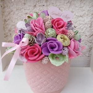 Pasztell tavaszi virágbox asztaldísz dekoráció anyák napja , Esküvő, Esküvői dekoráció, Otthon & lakás, Lakberendezés, Asztaldísz, Virágkötés, Egy fehér kerámia kaspót béleltem, majd körbe saját gumivirágokkal, termésekkel, kócgolyókkal, fa fe..., Meska