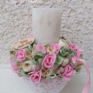 Virágos gyertyás rózsaszín asztali dekoráció asztaldísz anyák napja , Gyertya & Gyertyatartó, Dekoráció, Esküvő, Mindenmás, Virágkötés, Egy kerámia kaspót béleltem, majd egy nagy kézműves gyertyát raktam a közepére és körbe díszítettem ..., Meska