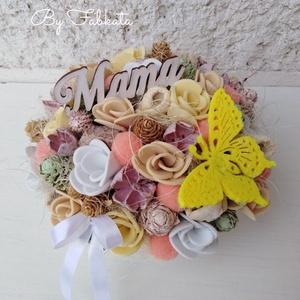 Virágos beige asztali dekoráció asztaldísz anyák napja , Esküvő, Otthon & lakás, Dekoráció, Lakberendezés, Asztaldísz, Ünnepi dekoráció, Anyák napja, Mindenmás, Virágkötés, Egy kerámia kaspót béleltem, majd díszítettem saját gumivirágokkal, termésekkel, tobozokkal, fa Mama..., Meska