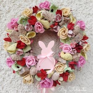 Nyuszis tavaszi ajtódísz kopogtató 24cm koszorú , Otthon & lakás, Dekoráció, Lakberendezés, Ajtódísz, kopogtató, Virágkötés, Mindenmás, A szalmaalapot bevontam,majd sajàt gumivirágokkal, termésekkel, kóc golyókkal és szalagokkal, fa ny..., Meska