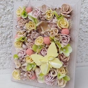 Lepkés virágos tavaszi képkeret dekoráció anyák napja , Esküvő, Meghívó, ültetőkártya, köszönőajándék, Otthon & lakás, Dekoráció, Lakberendezés, Asztaldísz, Virágkötés, Egy sonoma színű képkeretet vettem alapul a dekorációhoz.\n\nSaját gumivirágokkal, termésekkel, kócgol..., Meska