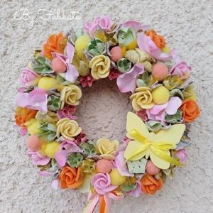 Lepkés tavaszi ajtódísz kopogtató 24cm koszorú , Otthon & lakás, Dekoráció, Lakberendezés, Ajtódísz, kopogtató, Virágkötés, Mindenmás, A szalmaalapot bevontam, majd selyemvirágokkal, sajàt gumivirágokkal, termésekkel, kóc golyókkal és..., Meska