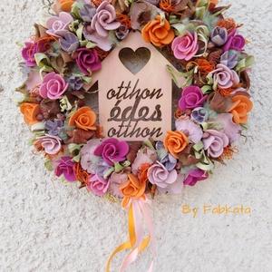 Házikós őszi ajtódísz kopogtató 29cm koszorú ősz, Ajtódísz & Kopogtató, Dekoráció, Otthon & Lakás, Virágkötés, Színes, egyedi, menyecske rózsákat idéző szinvilágú ajtódísz!\n\nA szalmaalapot bevontam , majd fa ház..., Meska