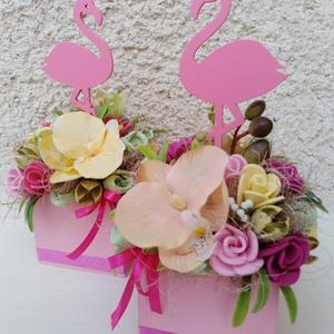 Flamingós nyári asztaldísz fa ládika, Otthon & Lakás, Dekoráció, Ajtódísz & Kopogtató, Virágkötés, Mindenmás, Egy fa ládikát béleltem, majd díszítettem saját gumivirágokkal, fa flamingóval, selyem orchideával, ..., Meska