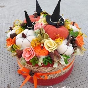 Boszi kalapos őszi tökös box asztaldísz dekoráció virágbox , Otthon & lakás, Dekoráció, Lakberendezés, Asztaldísz, Ünnepi dekoráció, Virágkötés, Egyedi színes őszi dekoráció. \n\nEgy dobozt puha anyaggal vontam be, majd saját gumivirágokkal, termé..., Meska