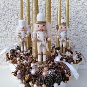 Diótörős adventi karácsonyi asztaldísz dekoráció box , Otthon & Lakás, Karácsony & Mikulás, Karácsonyi dekoráció, Virágkötés, Egy kerámia kaspót kibéleltem, majd gazdagon díszítettem termésekkel, gömbökkel, 2db hosszú arany gy..., Meska