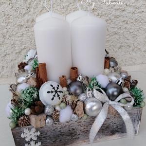 Karácsonyi nagy box adventi dekoráció asztaldísz doboz láda , Otthon & Lakás, Karácsony & Mikulás, Adventi koszorú, Egy nagy fa ládát béleltem, majd gazdagon díszítettem tobozokkal, gömbökkel, kisebb nagyobb poliszti..., Meska
