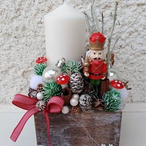 Karácsonyi adventi király katonás asztaldísz dekoráció doboz , Otthon & Lakás, Karácsony & Mikulás, Adventi koszorú, Egy dobozt béleltem, majd gazdagon díszítettem tobozokkal, gömbökkel, kisebb nagyobb polisztirol gol..., Meska