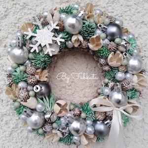 Havas ezüst karácsonyi téli ajtódísz kopogtató 24cm , Karácsony & Mikulás, Karácsonyi kopogtató, Virágkötés, Az alapot bevontam puha anyaggal, majd gömbökkel, kisebb nagyobb polisztirol golyókkal, termésekkel,..., Meska