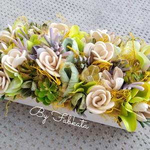Tavaszi virágos dobozka,láda, virágbox , Otthon & Lakás, Dekoráció, Asztaldísz, Virágkötés, Egy fa ládikát béleltem, majd díszítettem saját gumivirágokkal, selyemvirágokkal, termésekkel, szala..., Meska