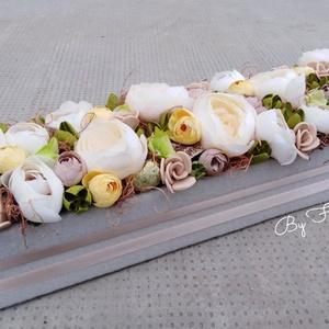 Viragbox hosszú asztaldísz dekoráció anyák napja szülinap babalátogatóba , Otthon & Lakás, Dekoráció, Asztaldísz, Virágkötés, Egy dobozt bevontam puha anyaggal, majd selyem boglárkákkal, habrózsákkal, saját gumivirágokkal és t..., Meska
