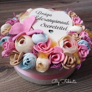 Anyák napi Virágbox asztaldísz doboz  Anyák napja , Otthon & Lakás, Dekoráció, Asztaldísz, Virágkötés, Egy dobozt bevontam puha anyaggal, majd díszítettem saját gumivirágokkal, selyemvirágokkal, termések..., Meska