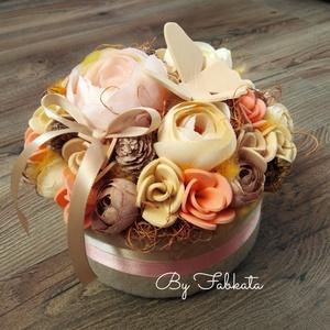 Lepkés virágbox Anyák napjára asztaldísz doboz névnapra, szülinapra, barátnőknek , Otthon & Lakás, Dekoráció, Asztaldísz, Virágkötés, Egy dobozt bevontam puha anyaggal, majd díszítettem saját gumivirágokkal, selyemvirágokkal, termések..., Meska