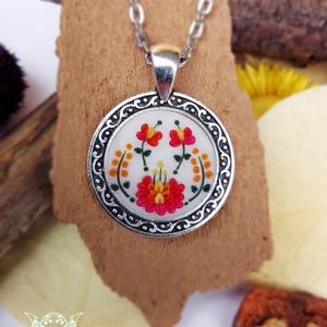 """""""Piros tűzvirág"""" – A matyó hímzés által ihletett kerek polimer agyag medal , Ékszer, Medál, Nyaklánc, Ékszerkészítés, Egyedülálló polimer agyag medál, amelyet a hagyományos matyó hímzés ihletett. A medál fém alapjától..., Meska"""