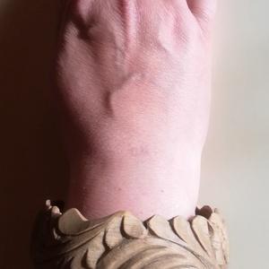 Faragott karperec, Ékszer, Karkötő, Kürtösvirág motívummal díszített, feketedióból készült fa karperec. Belső átmérője 7 cm, szélessége ..., Meska