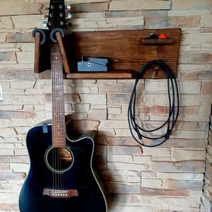 Falra szerelhető gitártartó, Otthon & lakás, Bútor, Polc, Dekoráció, Lakberendezés, Tárolóeszköz, Famegmunkálás, Egy gitár tárolására alkalmas, 25cm hosszú polccal, pengető és kábel/fejhallgató tartóval. 12cm szél..., Meska