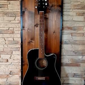 Fali gitártartó, Művészet, Hangszer & Hangszertok, Fémmegmunkálás, Famegmunkálás, Dió színű fali gitártartó, bronz színű szegecsekkel díszítve. Bármilyen gitár rátehető. 120cm magas,..., Meska