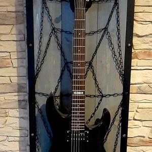 Egyedi gitártartó, Otthon & Lakás, Dekoráció, Falra akasztható dekor,  Egyedi kézműves termék. Pókhálómintás gitártartó, szürke színben. 120cm magas, 45cm széles. Átvehet..., Meska