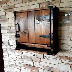 Egyedi fali kulcstartó szekrény, Otthon & Lakás, Tárolás & Rendszerezés, Fali tároló, Fémmegmunkálás, Famegmunkálás, Rusztikus stílusú kulcsos szekrény levéltartóval. 40cm magas, 45cm hosszú, 15cm széles. A belsejében..., Meska
