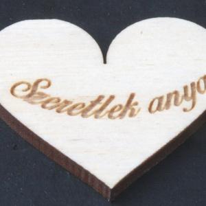 Szív 5cm szeretlek anya felirattal (000087), Falra akasztható dekor, Dekoráció, Otthon & Lakás, Famegmunkálás, Gravírozás, pirográfia, Anyaga: Rétegelt lemez 4mm\nMéret: 5*5 cm\nAjándékozz kedvesednek, barátodnak, rokonodnak egy szívhez ..., Meska