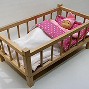 Babaágy rácsos kicsi (520462), Gyerek & játék, Játék, Baba játék, Fajáték, Famegmunkálás, SÚLY: 1,15 kg\n\nMÉRETE: 25 cm x 23 cm x 43 cm\n\nA képen látható baba, és ágynemű csak illusztráció, ne..., Meska