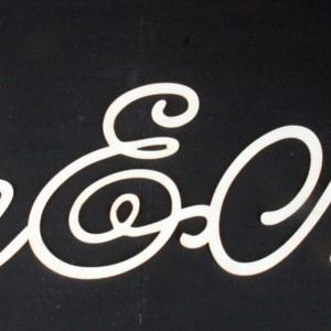 Esküvői felirat Ms és Mrs  fali 03, Dekoráció, Otthon & lakás, Ünnepi dekoráció, Esküvő, Esküvői dekoráció, Famegmunkálás, Esküvői felirat Mr és Mrs\n\nAlapanyaga natúr falemez . 4 mm vastag\n\nMérete 64x15 cm, Meska