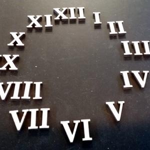 Óralap számok (Római) alapanyag transzfer technikához , Falióra & óra, Dekoráció, Otthon & Lakás, Famegmunkálás, Méret: 2 cm\nanyafa: Fa lemez \nvastagsága: 4 mm\nRendelhető 6mm, 8 mm vastagságban és más méretben fel..., Meska