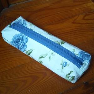 Farmer kék rózsás mini tolltartó, Táska & Tok, Neszesszer, Kék farmer és bézs alapon rózsás lenvászon anyagból készítettem ezt a mini tolltartót. Hozzáillő bél..., Meska