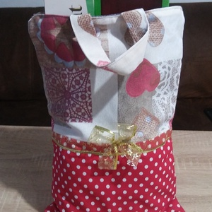 Textil ajándék tasak, Táska & Tok, Bevásárlás & Shopper táska, Shopper, textiltáska, szatyor, Piros alapon fehérvpöttyös és szívecske mintás pamutvászon anyagból készült, bélése szürke színű vás..., Meska