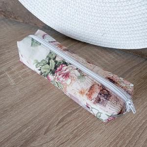 Párizs, rózsa mintás tolltartó, Táska & Tok, Neszesszer, Párizs, vintage rózsa mintás pamutvászon anyagból készül. Hozzáillő bélés található benne. Fehér műa..., Meska