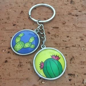 Kaktuszos nemesacél kulcstartó, táskadísz - páros, Táska & Tok, Kulcstartó & Táskadísz, Kulcstartó, Ékszerkészítés, Fotó, grafika, rajz, illusztráció, Vidám nyári kaktusz mintás 2 medálos kulcstartó/táskadísz.\nA medálok nemesacélból készültek, 2,5 cm-..., Meska