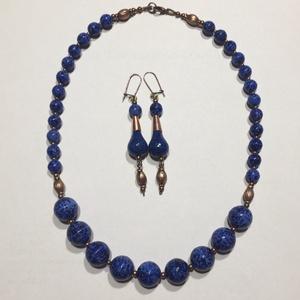Lápiszkék gyöngysor vörösréz elemekkel, Ékszer, Fülbevaló, Nyaklánc, Gyöngyfűzés, gyöngyhímzés, Klasszikus gyöngysor üveggyöngyökből, amelyek a lapis lazuli nevű ásványt utánozzák. Vörösrézre emlé..., Meska