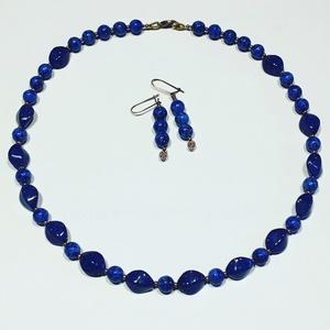 Sötétkék különleges gyöngysor lapis lazuli utánzat, Ékszer, Ékszerszett, Nyaklánc, Fülbevaló, 45cm hosszú sötétkék gyöngysor, a lapis lazulihoz hasonló gyöngyöket goldfuss pöttyök teszik élethűv..., Meska