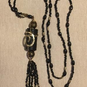 Rojtos fekete gyöngysor különleges medállal, Ékszer, Nyaklánc, Fekete matt antik cseh gyöngyök réz gyöngyszemekkel, és egy különleges függővel.  A medál újra haszn..., Meska