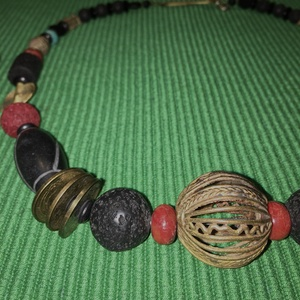 Ghanai öntvényes ghanai gyöngyös japán pénzes nyakék onyx gyöngyökkel, Ékszer, Nyaklánc, Férfiaknak, Gyöngyfűzés, gyöngyhímzés, Fekete és bronz színekben pompázó karakteres gyöngysor, kevés korallszínnel kiegészítve. \nAz ékszer ..., Meska