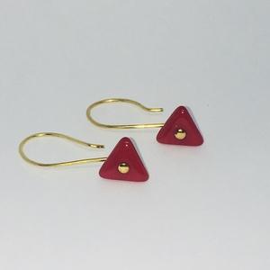 Üveg háromszög fülbevaló fehér,fekete és piros színben, Ékszer, Fülbevaló, Gyöngyfűzés, gyöngyhímzés, Háromszög alakú üveggyöngyből készült fülbevaló, arany színű átszúrós alkatrészen.  A fehér gyöngy ..., Meska