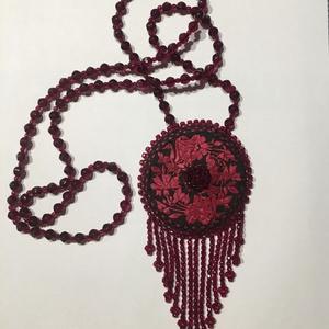 Bordó szalagrózsa medál kristálygyöngyrojtos nyaklánc , Ékszer, Medálos nyaklánc, Nyaklánc, Gyöngyfűzés, gyöngyhímzés, Meska