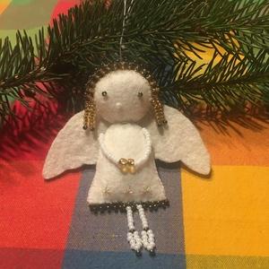 2 db Angyalka, Művészet, Textil, Egyéb, Gyöngyfűzés, gyöngyhímzés, Ajándékkísérőnek, karácsonyfadísznek alkalmas. \nMéret: Fejtől lábig 8 cm.\nPárosával rendelető..., Meska