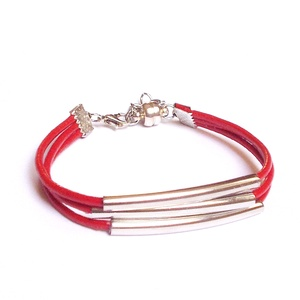 """""""Independent"""" piros bőrszálas női karkötő, Ékszer, Karkötő,  Piros gömbölyített bőrszálból és ívelt fémköztesekből készült 3 soros karkötő.  17-20 cm-es csuklóm..., Meska"""