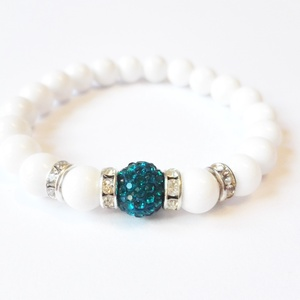 Jade karkötő blue zircon shamballával, Ékszer, Karkötő, Fehér jade ásványgyöngyökből készült karkötő, aminek fókuszában egy blue zircon színű shamballagyöng..., Meska