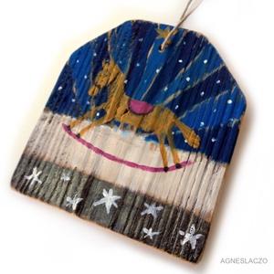 Karácsonyi hintalovacska, Karácsony & Mikulás, Karácsonyi dekoráció, Famegmunkálás, Festett tárgyak, Ingyenes posta\n\nEgyedi, rusztikus fa dekoracio. Falra akaszthato.\nkb. 15.5 x 17 cm.  + akaszto.\nA sz..., Meska