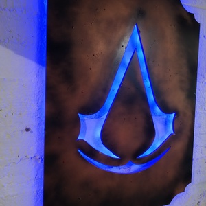 Assassins creed falikép világítással, Kép & Falikép, Dekoráció, Otthon & Lakás, Festett tárgyak, Famegmunkálás, Assassin\'s Creed rajongóknak fali dekoráció ledes háttérfénnyel. A fényt a mellékelt távirányítóval ..., Meska